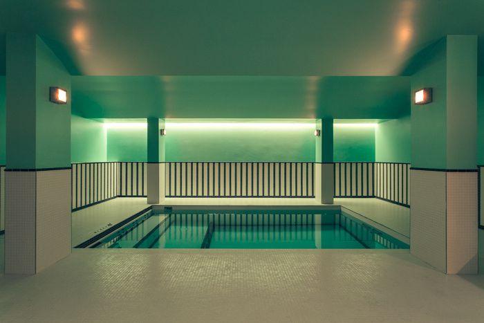 Dimorestudio, cabinet milanais d'excellence, a fait de l'ancienne maison du duc de Choiseul un morceau de bravoure décoratif. La piscine de l'hôtel Saint-Marc à Paris. © Philippe Servent