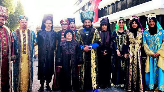 """Oι #Τούρκοι_ψηφοφόροι, που ζουν στο Στρασβούργο, επιστράτευσαν το τίμιο άπλετο πατριωτικό #φολκλόρ για να τονίσουν το κλίμα του θριάμβου υπέρ του δαγκωτού """"Ναι"""". #Ψήφισαν ντυμένοι #Οθωμανοί στρατιώτες! ------------------------------------------------------ #vote #culture #dress #referendum #Turkey #fragilemagGR http://fragilemag.gr/end-fashion/"""