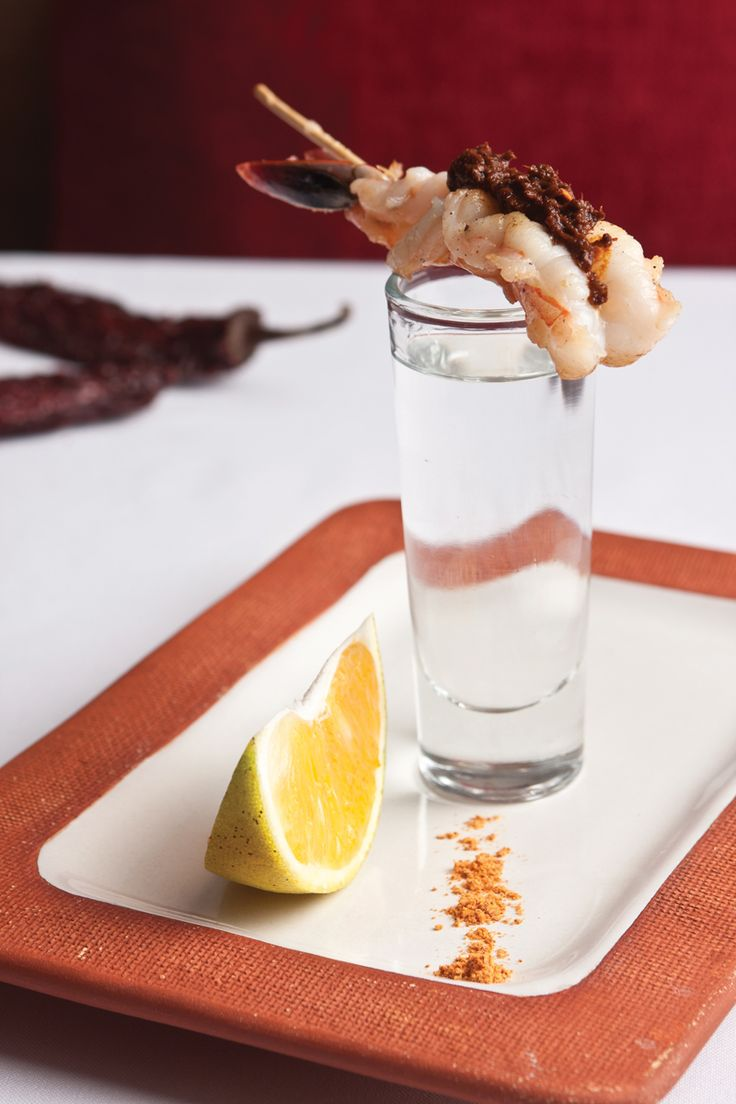 Brochetas de camarón con chintextle y shot de mezcal