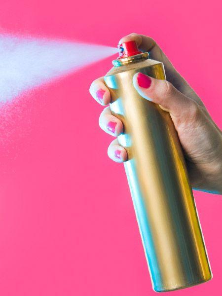 Dem Haar gibt es Halt und Glanz – aber wusstet ihr, dass Haarspray z. B. auch im Haushalt hilft? Was Haarspray alles kann - abgesehen von