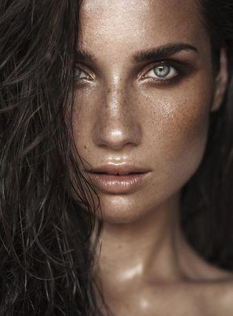 pele super iluminada e com bronze