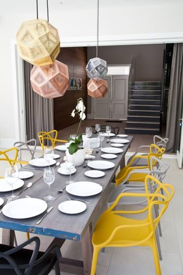 Accenti gialli e grigi. Kartell, Masters Chairs, design P. Starck e E. Quitllet