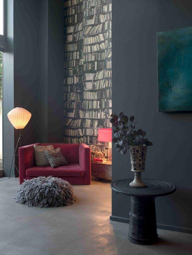 Une peinture gris foncé pour un salon intime