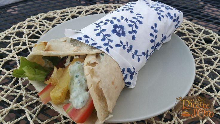La ricetta della Pita Gyros,Street food famoso nel mondo.Come prepararla in casa ? Con Pollo, insalata ,Salsa Tzatziki,Pomodori e Patatine