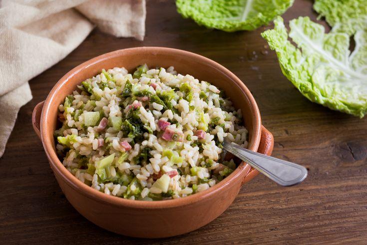 IlRisotto integrale con verza e speck è un primo semplicissimo e di stagione. Una ricetta se vogliamo anche salutare. Buonissimo.