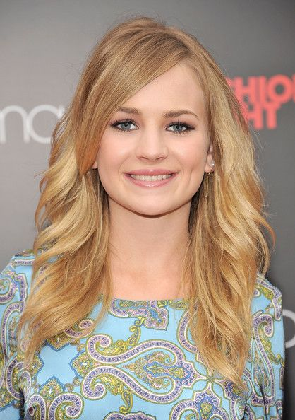 Britt Robertson....is it just me or does she look like younger Jennifer Lawrence?!