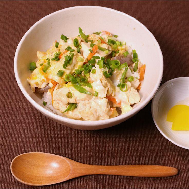 「ほっとする味!豆腐とこんにゃくの卵とじ丼」の作り方を簡単で分かりやすい料理動画で紹介しています。ヘルシー&節約食材のこんにゃくと豆腐を使った卵とじです。ほっこりする家庭的な味付けで、小さなお子様から大人の方まで食べやすい1皿です。優しい味付けなので食欲の無い時にもおすすめです。手に入りやすい身近な食材で作れますのでぜひ作ってみてくださいね。