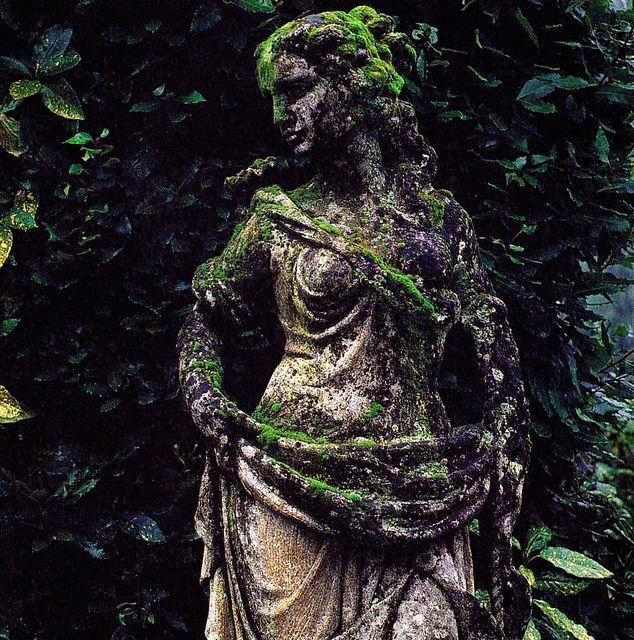 """Όταν η γυναίκα δαπανά όλη την περιουσία η το μεγαλύτερο μέρος από τα υπάρχοντα στα στολίδια, κατ' ανάγκην περιορίζεται το χέρι από τη γενναιοδωρία της ελεημοσύνης"""", Άγιος Ιωάννης Χρυσόστομος."""