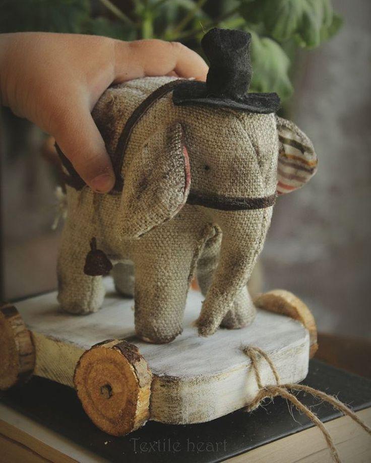 """Эта домоткань мне покоя не даётПоэтому появился вот такой слон на тележкеПока я его шила , то в моей голове крутились мысли"""" никогда больше шить из этого льна не буду!!!""""Так что он точно один единственный в своём родеСлоник в резерве Наполнен древесной стружкой, шляпа на голове, ржавый колокольчик и бубенчик .Деревянная тележка. 6300+200почта  Circus elephant for sale in my etsy shop  #etsysellersofinstagram #textileheartdoll #elephant #artistteddybear #vintagestyle #textileart #с..."""