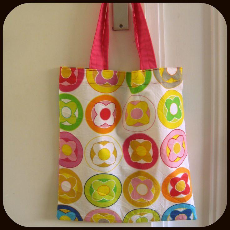 Hier is het derde Naaiproject: een makkelijke tas!   Het is een boodschappentasje, of 'tote bag' zoals ze dat in het Engels noemen. Nou...