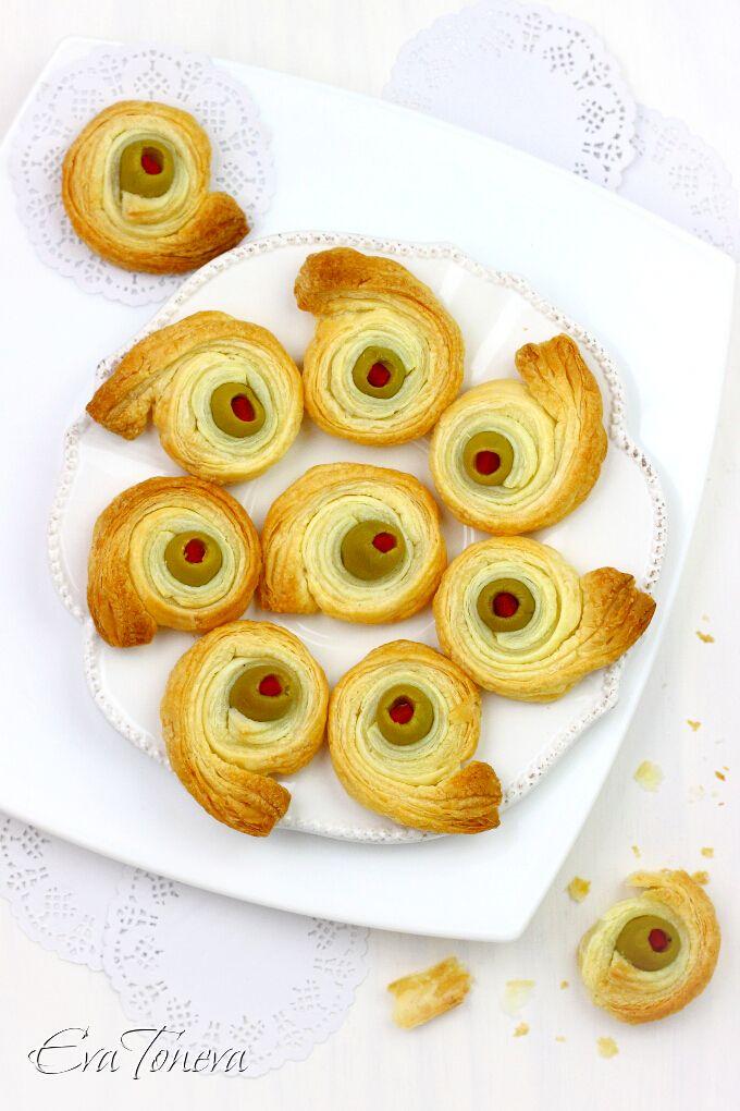 Puff pastry and olives snails ! 275 g bladerdeeg,16-20 olijven zonder pit. Plaats het bakpapier in een grote pan. Snijd de strips bladerdeeg deeg met 1-1,5 cm breed en 25 cm lengte. Giet overtollige vloeistof uit de olijven. Wikkel de tape rond elke olive deeg. Leg ohlyuvchetata uit elkaar in de lade, buterkite Cool minstens 20-30 minuten. Verwarm de oven voor op 200 graden. Bak ze goudbruin ohlyuvchetata 12-15 minuten. Haal ze uit de oven en afkoelen op een rooster !