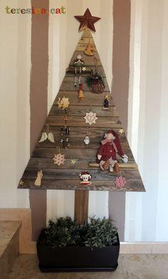 Reciclando también en Navidad Arbol con madera reciclada
