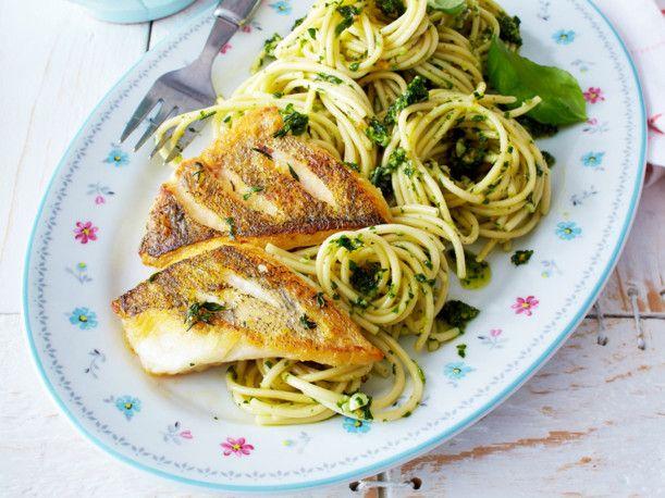 Unser beliebtes Rezept für Zanderfilet mit Pesto-Spaghetti und mehr als 55.000 weitere kostenlose Rezepte auf LECKER.de.