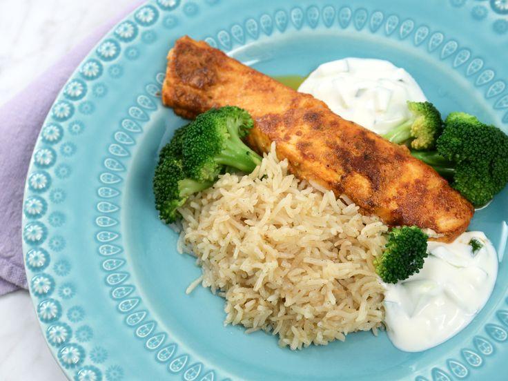 Indiskt kryddad lax med ris och yoghurtsås | Recept från Köket.se