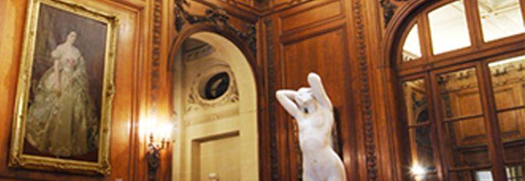 La decoración sigue las pautas del estilo Luis XVI. Las paredes están cubiertas por un revestimiento de roble tallado y encerado con molduras rectas y sobrias, guirnaldas de flores y frutas, hojas de roble, laurel, olivo y muérdago sujetas con nudos chatos y sobrepuertas decorados con casetones.