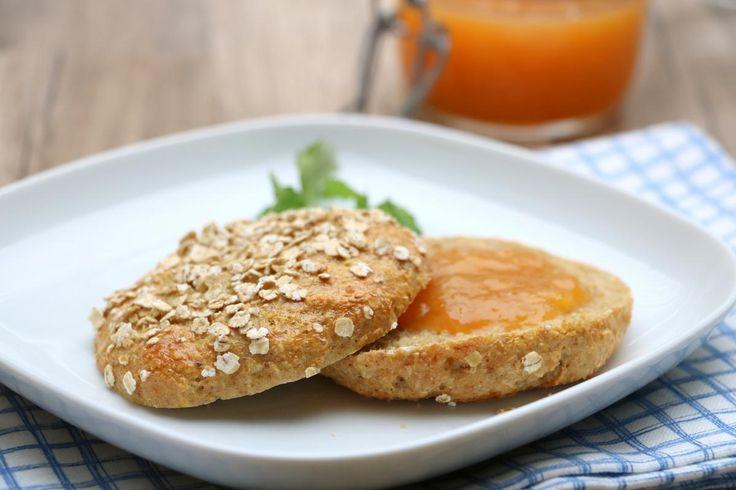 Oppskriften på proteinrikt havrebrød er eit av dei mest populære i 2016. Her har du samme varianten som rundstykker istedenfor 🙂 Saftige, smakfulle rundstykker som verken trenger elting eller heving, med næringsrike ingredienser du finner på dagligvarebutikken