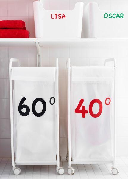 Zwei ALGOT Rahmen auf Rollen mit Beutel in Weiß; jeder hat einen Aufkleber mit einer jeweils anderen Waschtemperatur darauf
