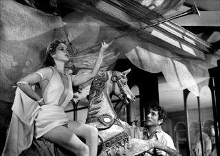 El placer (Le plaisir, 1952) de Max Ophüls.  Le plaisir es una hermosísima e inigualable muestra de lo que debe ser una adaptación literaria, heredera de su fuente original pero personal en su traslación a la pantalla.