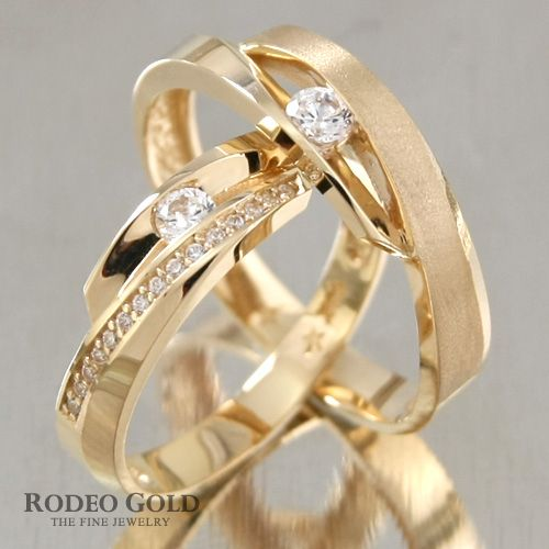 Gold engagement rings with the sophisticated cutting-design in the center