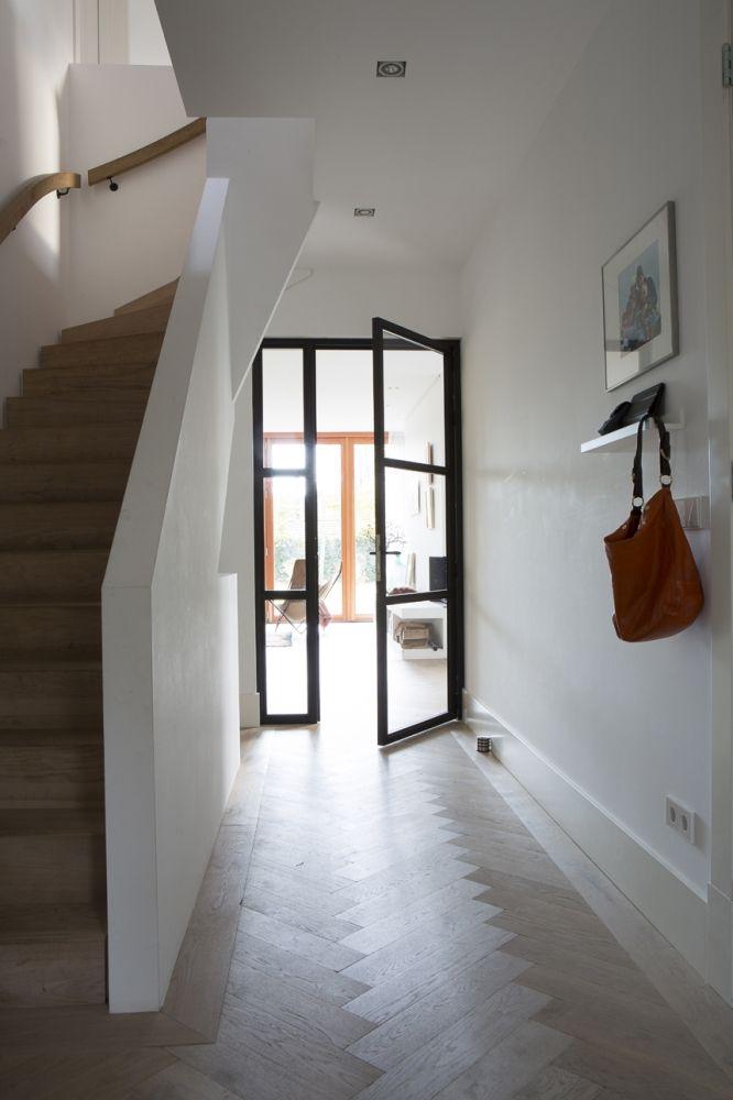 Vloer met brede visgraat, Dichte trap. Combinatie oud en nieuw.