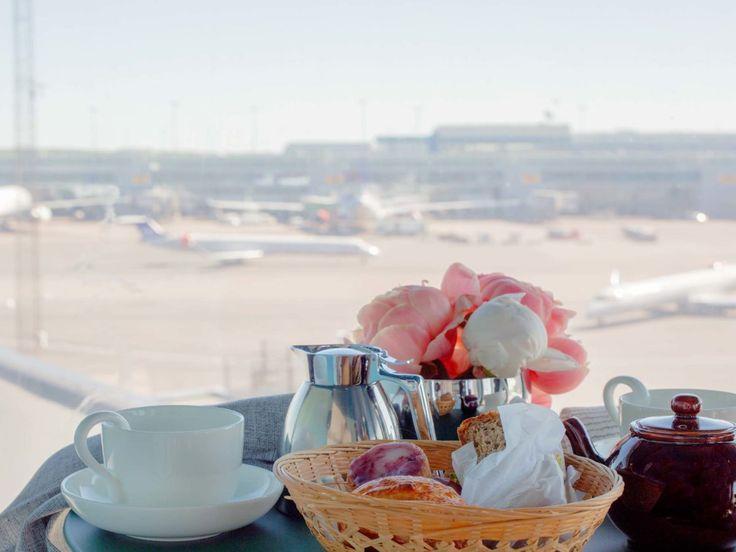 Dormir perché tout en haut d'une tour de contrôle, dans un aéroport, avec vue imprenable sur les pistes ? C'est désormais possible.Un appartement cosy a été installé dans l'ancienne tour de contrôle de l'aéroport de Stockholm Arlanda.