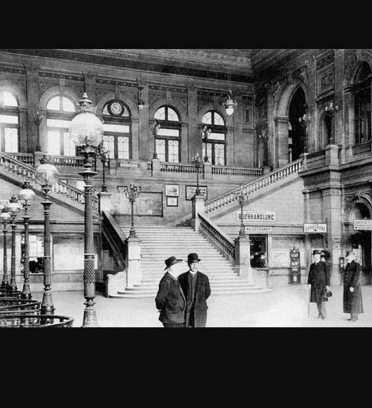 En el interior de la estación Suedbahnhof de Viena, en el año 1900.