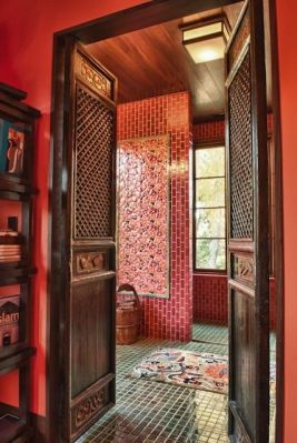 Qing Dynasty screens have been repurposed as bathroom doors. A Qing Dynasty rice bucket has become a towel holder, while a 19th century Tibetan dragon carpet decorates the floor.