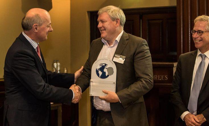 Uitreiking Duurzaamheidsprijs Wonen 2015 aan Leo van der Velde, directeur Dekker uit Zevenhuizen. Hij ontving de prijs voor het milieuvriendelijke dragermateriaal voor werkbladen in de keukenbranche: Greenpanel.
