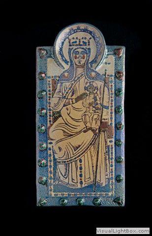 Mattonella-in-rilievo-decoro-Madonna-bizantina-tecnica-lustro