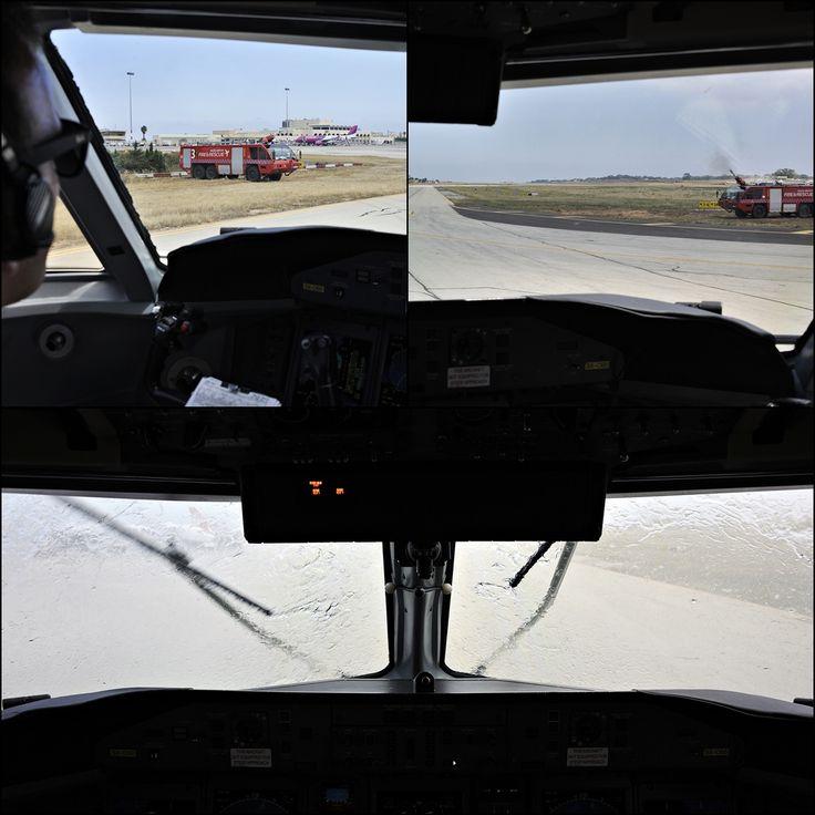 . Malta International Airport Luqa Airport / Valletta Airport IATA: MLA – ICAO: LMML Το αεροδρόμιο μας υποδέχεται με μια υδάτινη αψίδα τηρώντας τα αεροπορικά Εθιμα.