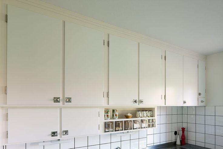 Platsbyggt överskåp (funkis) i orginalstil, handbyggt av Möllansverkstäder i Malmö / håndbyggede funkis køkken