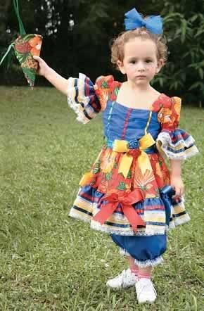 O tradicional vestido de chita ganha ares mais atuais com drapeado de tule no peito e flores de tecido na cintura