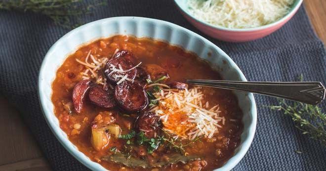 Rezept für Dicke Tomaten Linsen Suppe mit gebratener Chorizo und Parmesan oder ein toller, sehr kräftiger, aromatischer Wintereintopf, den man als Suppe verlängert genauso gut im Sommer essen kann.