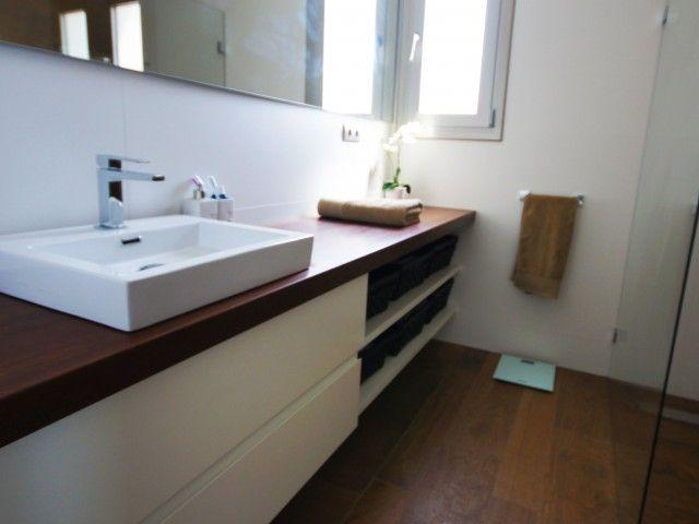 Mueble de baño con sobre de madera maciza. Decoración Alado
