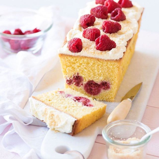 { BLOG • CONCOURS } aujourd'hui, nouvelle recette sur le blog, fruitée et colorée à souhait : un cake au citron, framboises et sa chantilly légère parsemée de noix de coco grillée ! Je vous présente aussi mon nouveau Mini Robot @kitchenaidfr en action. Et ce n'est pas tout, cette semaine sur mon blog, tentez de remporter 1 Mini Robot Kitchenaid ! Lien direct dans ma bio • Bonne chance  #MiniMoments #KitchenaidFrance