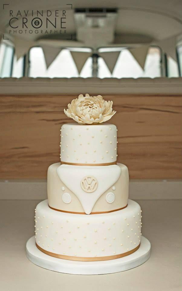 VW wedding anniversary cake bus logo. Really like this classy cake #kombilove