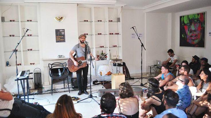 Los amantes de la buena música pueden disfrutar de conciertos íntimos y personales en salones de casas particulares. Y si a ello le añadimos que los conciertos son secretos hasta el momento en el que la banda o el artista se sube al escenario improvisado, la espectación está servida. 'Sofar Sounds' es el movimiento cultural internacional que trae a Madrid esta música en directo desde hace casi dos años.