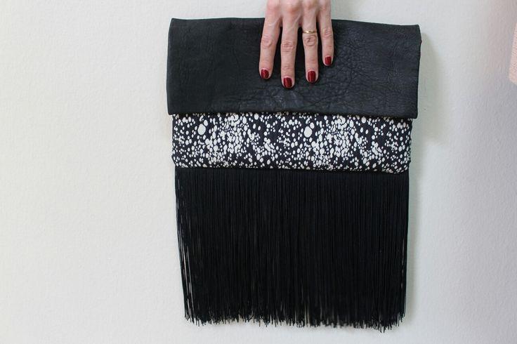 Cartera de mano en cuero negro, tejido estamado con fleco de seda
