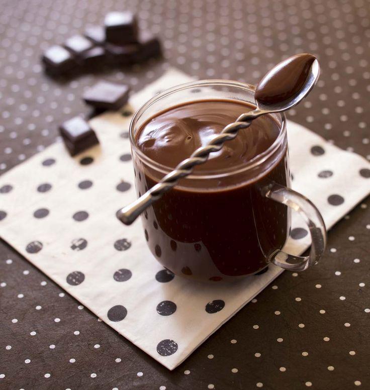 Très épais on le déguste à la petite cuillère en Italie. A l'eau ou au lait de vache, on peut le surmonter de chantilly pour faire un cioccolate con panna