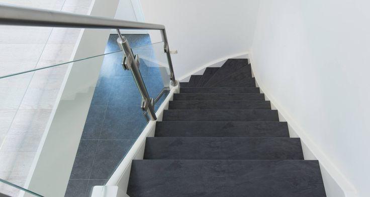 Glazen balustrade in combinatie met RVS trapleuning en met een trendy betonlook NEWstairs trap.