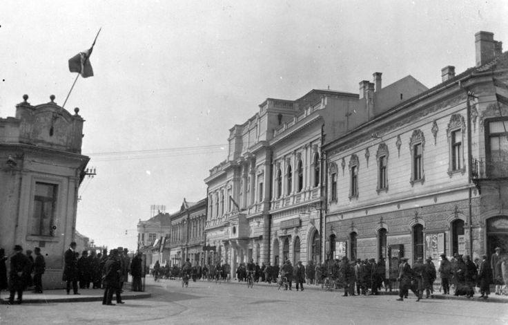 Andrássy út a Szent István tér felől, jobba a Jókai színház.