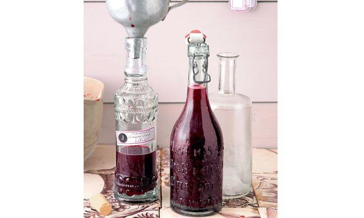 Reichen Sie ihren Gästen zum Aperitif oder zum Digestif einen fruchtigen Schwarze-Johannisbeer-Likör!