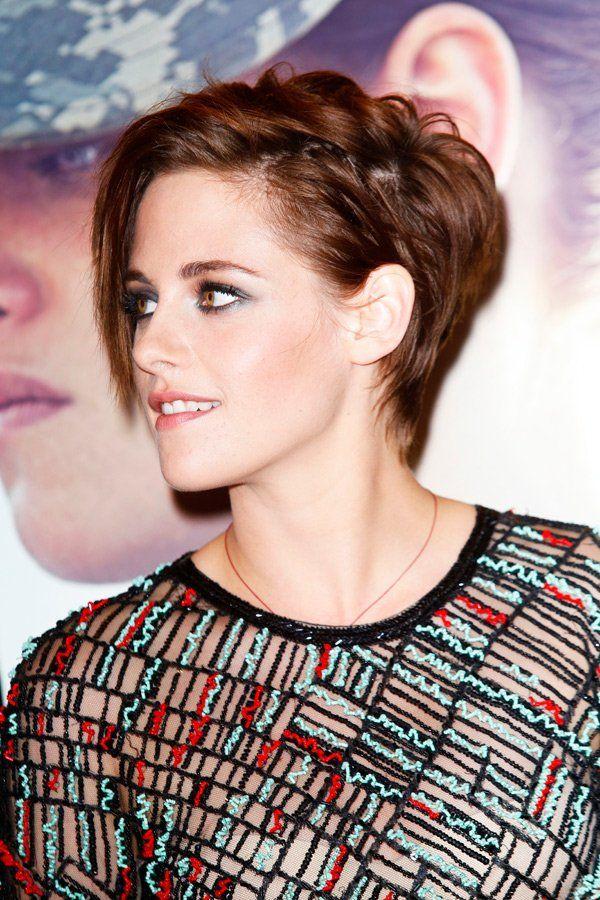 """Kristen Stewart präsentierte bei der New York Premiere von """"Camp X-Ray"""" ihre neue Kurzhaarfrisur. Vorne etwas länger und zur Seite gestylt - hinten kürzer. Wie gefällt euch Kristens neuer Haarschnitt? Kristen Stewart: Kurze oder lange Haare? Hier sieht ihr den direkten Vergleich im Schieberegler"""
