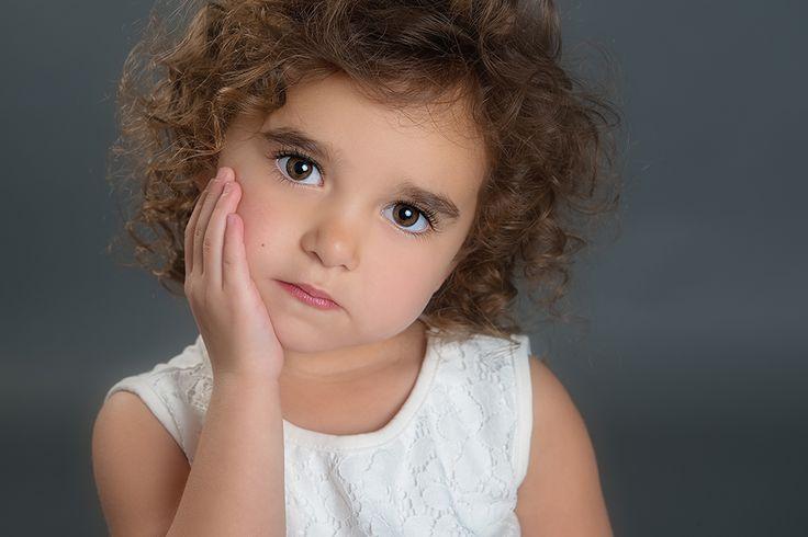 aranyos kislány göndör haj