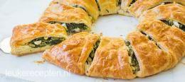 Croissant krans met spinazie HAPJE/LUNCH - 30 MIN + 20 OVENTIJD - 12 STUKKEN ** Lekkere snack van croissantdeeg gevuld met kip, spinazie en feta in de vorm van een krans