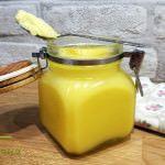 Přepuštěné máslo se v české kuchyni používalo odjakživa (zejména v dobách před zavedením rostlinných olejů). Obdobně ghee je neodmyslitelnou surovinou v indické kuchyni, s dlouholetou tradicí. Jejich způsob přípravy je mírně odlišný, pro domácí výrobu si ale vystačíme se základním postupem, kdy za kontrolované teploty (nižší než kouřový bod másla ...