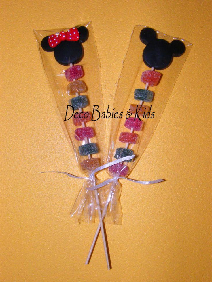 Palitos de brochettes con gomitas dulces decorados con la silueta de las cabecitas de Mickey y Minnie Mouse. Una nueva opción económica de ...