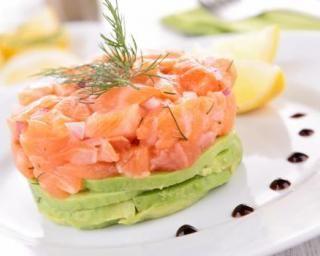 Tartare minceur de saumon et d'avocat citronné : http://www.fourchette-et-bikini.fr/recettes/recettes-minceur/tartare-minceur-de-saumon-et-davocat-citronne.html