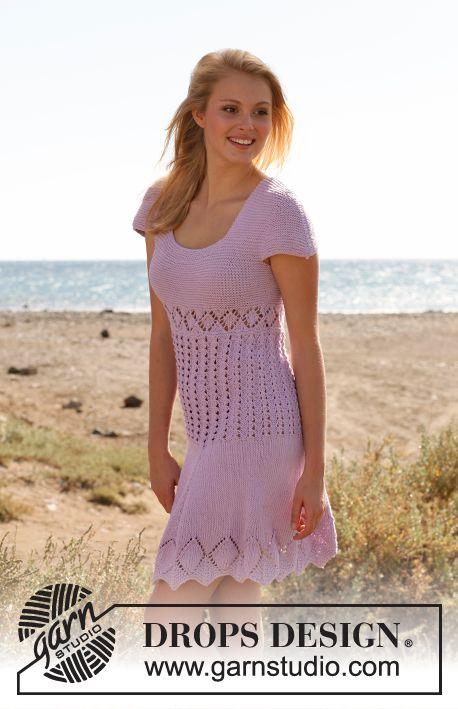 """Stickad DROPS klänning i """"Cotton Light"""" med korta ärmar, hålmönster och rätstickning. Stl S - XXXL. ~ DROPS Design"""