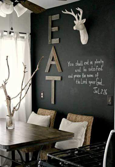 Transformez la salle à manger rapidement en appliquant deux couches de peinture tableau noir sur un mur.